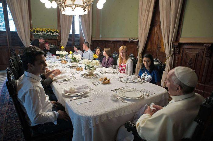 Papa cena con jovenes